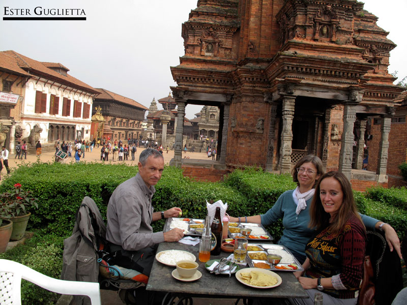 0408.-Comiendo-plato-nepalí