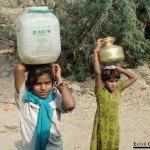 0307.-Niñas-transportando-agua