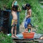 Niños bañandose