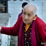 Anciana en el templo