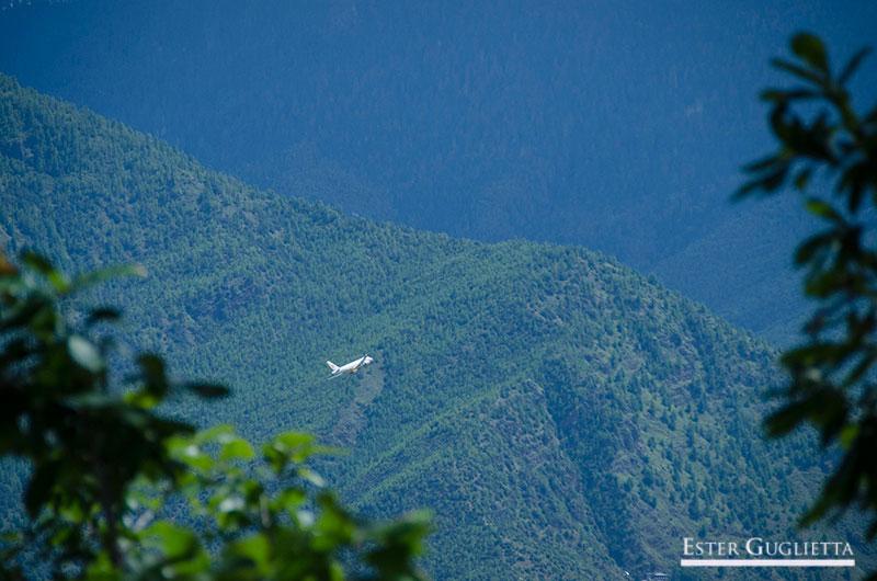Avión entre las montañas