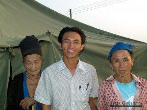 Khamphone con su abuela y madre