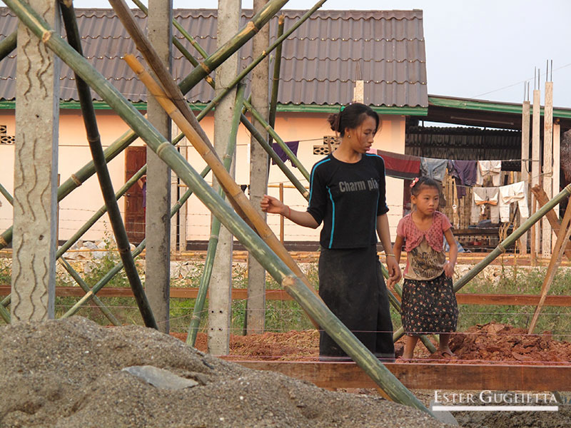 Hermanos de Khampone trabajando en la const. de la casa