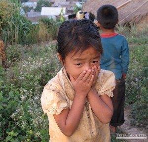 Niña del poblado Ban Chom Cheng