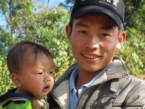 Sajon con un niño del pueblo Ban Long Lath