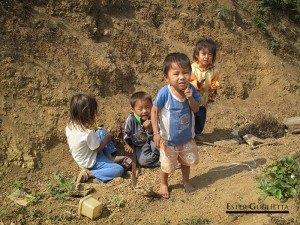 Niños en el poblado de Khampone