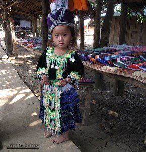 Niña con traje típico de la etnia Hmong