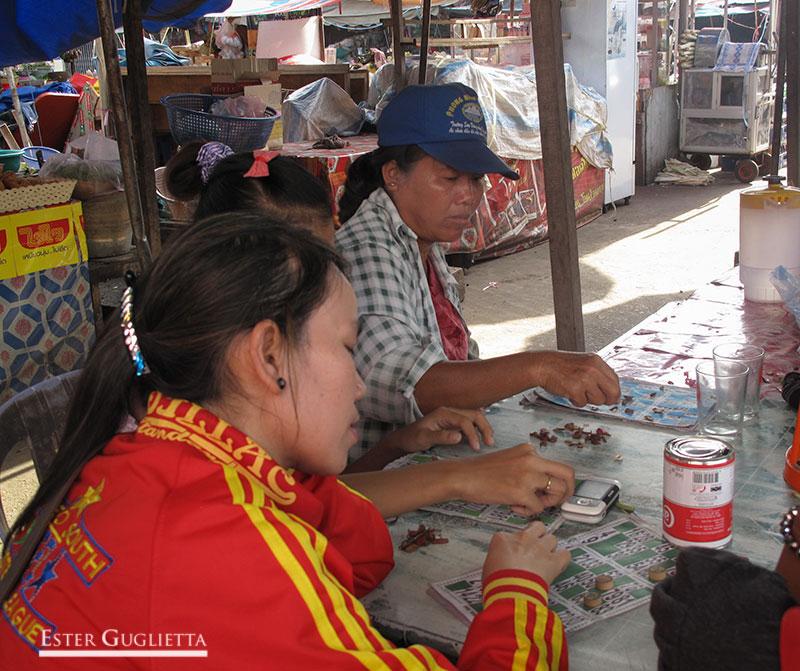Jugando al bingo en el mercado