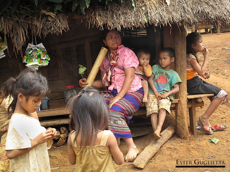 Mujer fumando en el poblado de Kokphoungtai