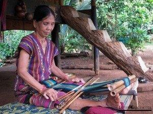 Mujer tejiendo en el museo