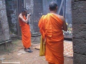 Monjes en el Wat Phu