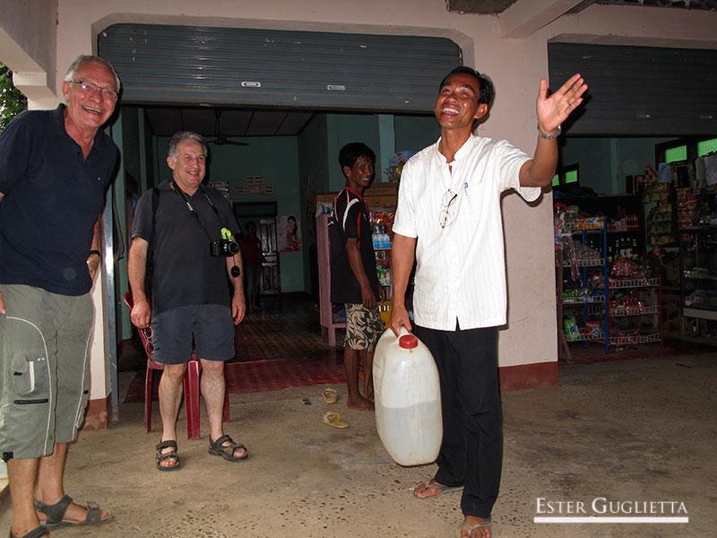 Bounthanh con los suizos comprando Lao Lao