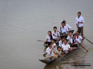 Niños van en barca al colegio