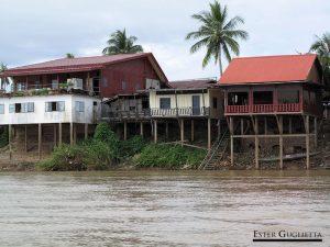 Casas y hoteles a las orillas del río Mekong