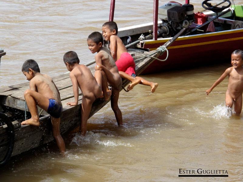 Niños bañandose en el río Mekomg