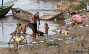 Lavándose en el río Mekong