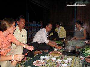 Cenando con una casa laosiana