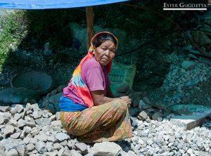 Mujer nepalí trabajando en la carretera