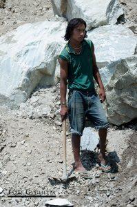 Nepalí trabajando en la carretera