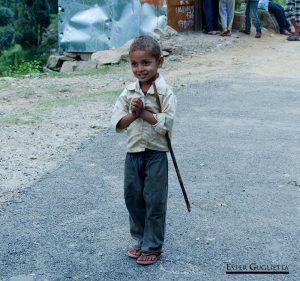 Niño jugando en la calle